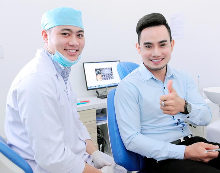 khách hàng hài lòng với dịch vụ nha khoa Kim