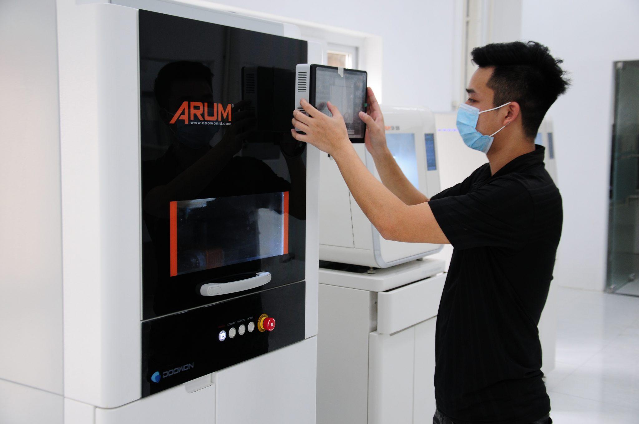 Nhà máy răng sứ củaNha khoa Kim sử dụng máy móc, thiết bị tiên tiến hàng đầu trong sản xuất răng sứ