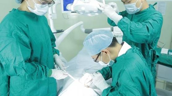 Mất một răng nên làm cầu răng sứ hay trồng răng implant?
