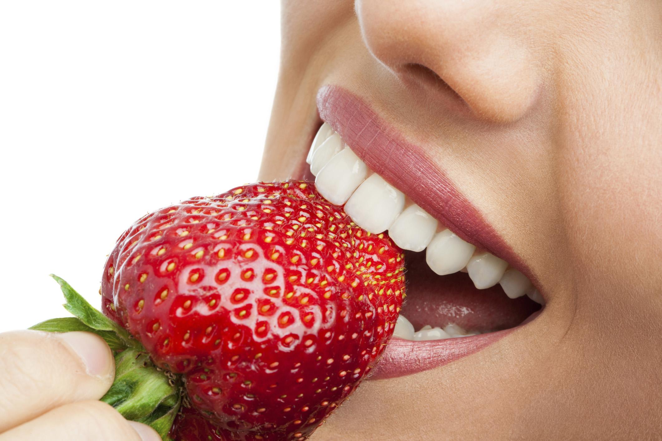 Bật mí một số cách tẩy trắng răng bằng dâu tây Hiệu Quả nhất