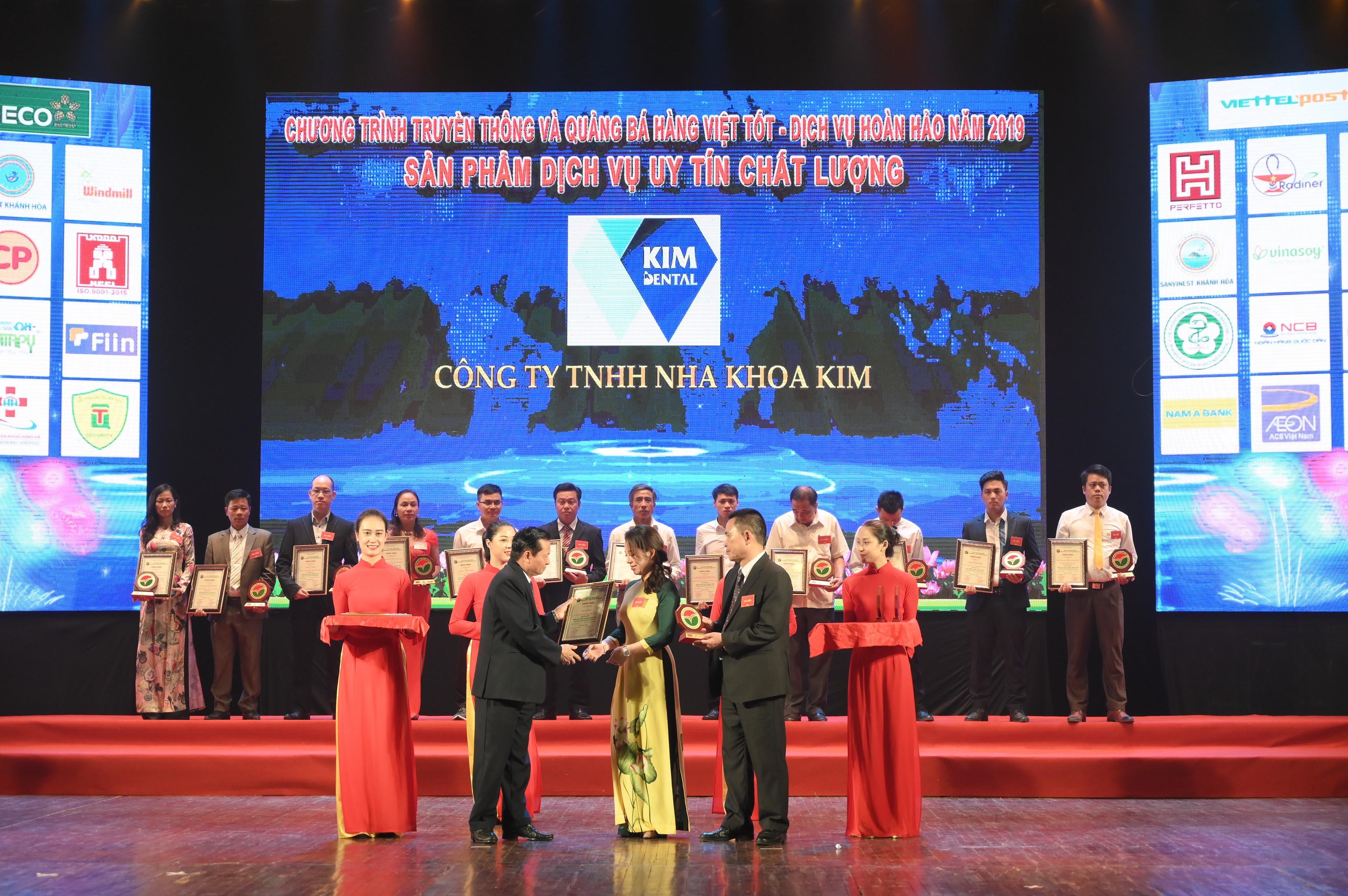 Đại diện Nha khoa Kim nhận chứng nhận Top 100 Top 100 Dịch Vụ Chất Lượng Hoàn Hảo vì quyền lợi Người tiêu dùng.