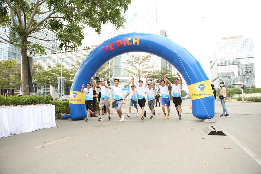 """Các đội đã """"cùng nhau"""" hoàn thành chặng đua 5km mà không có bất kỳ ai bỏ cuộc."""