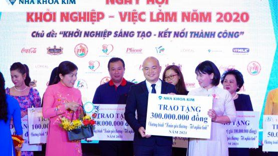 """Nha Khoa Kim trao tặng 300 triệu đồng cho quỹ An Sinh Xã Hội HLHPN TP.HCM tại Ngày hội """"Phụ nữ khởi nghiệp – việc làm 2020"""""""