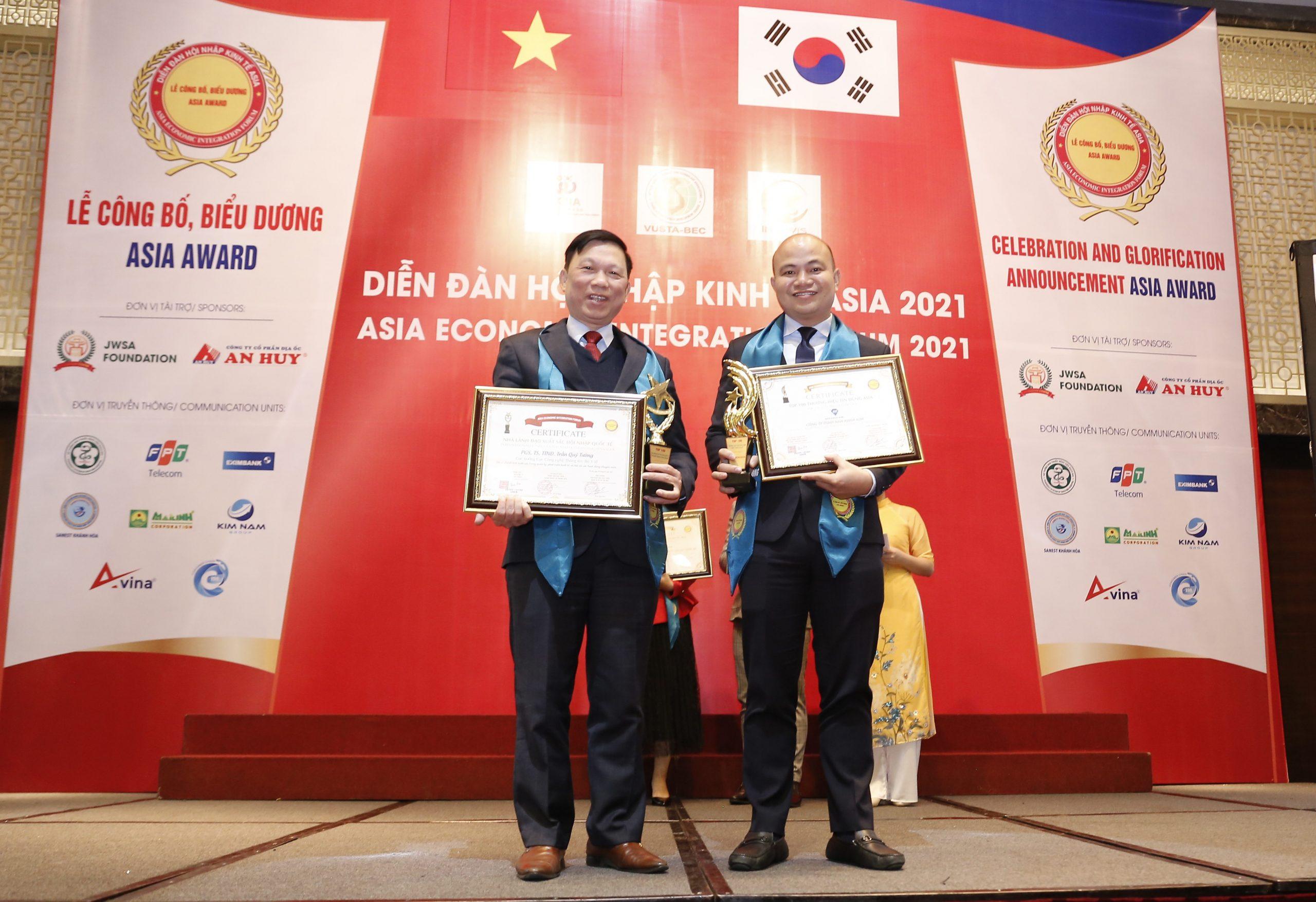 Ông Sử Duy Bin, CEO Nha Khoa Kim (phải) chụp hình kỷ niệm cùng PGS.TS Trần Qúy Tường, Cục trưởng Cục Công nghệ Thông tin - Bộ Y Tế