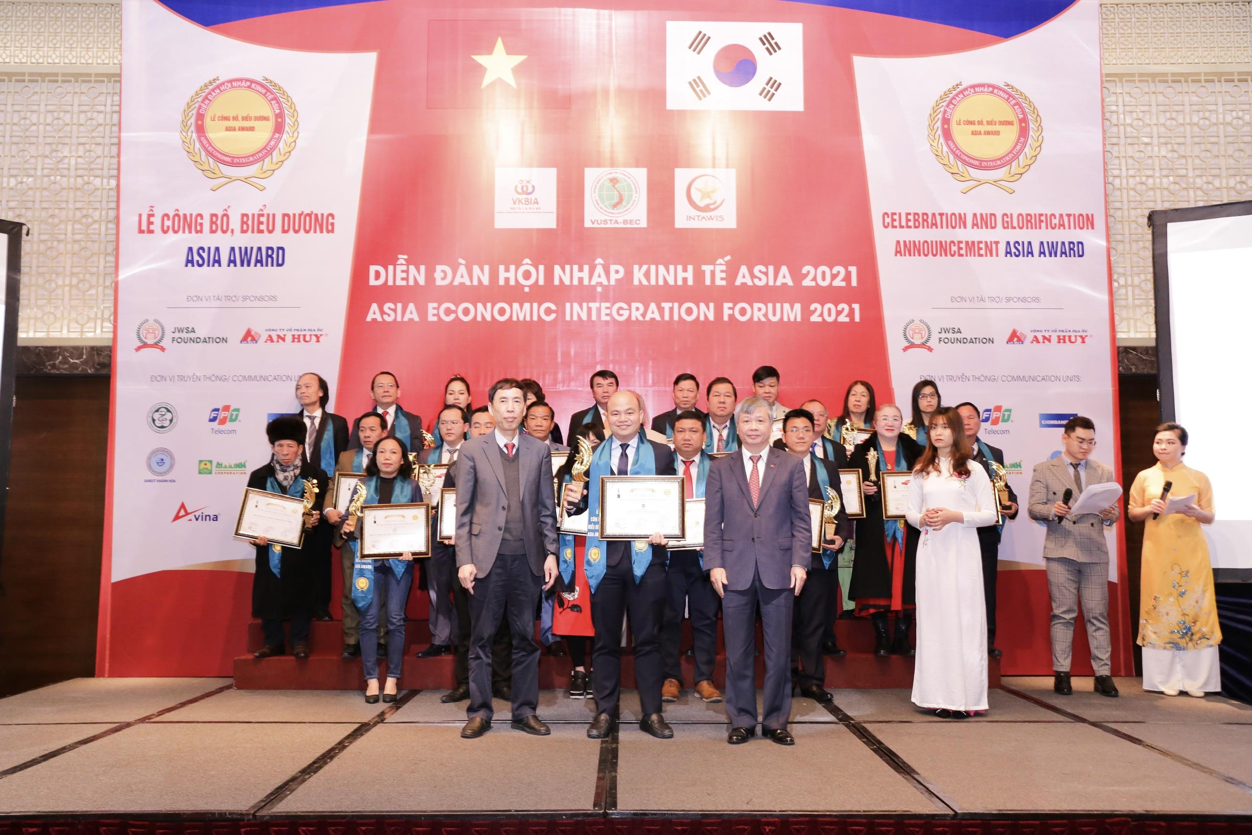Ông Sử Duy Bin - CEO Nha khoa Kim (giữa) nhận chứng nhận giải thưởng