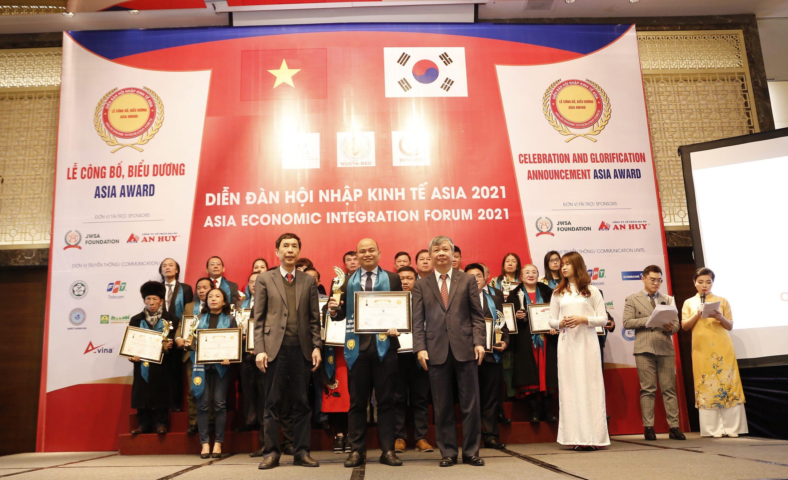 đại diện nha khoa Kim nhận thưởng