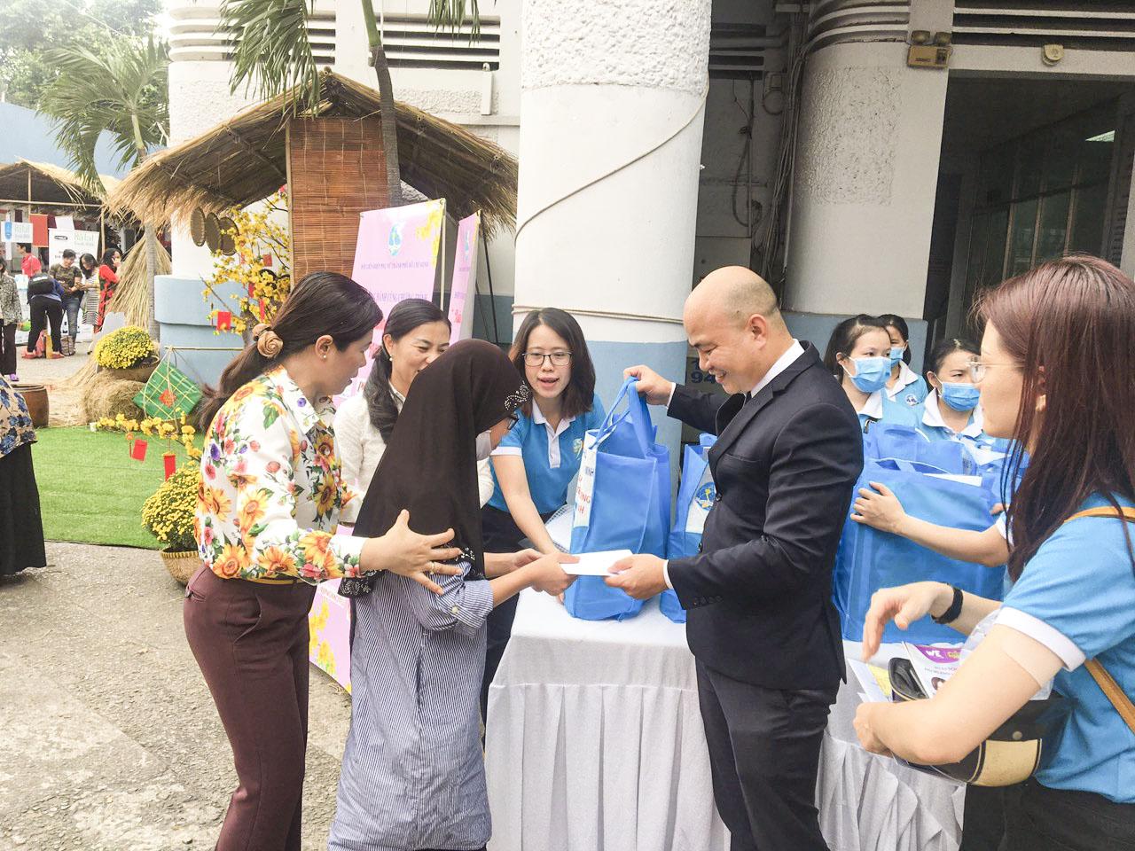 đại diện nha khoa Kim trao tặng quà