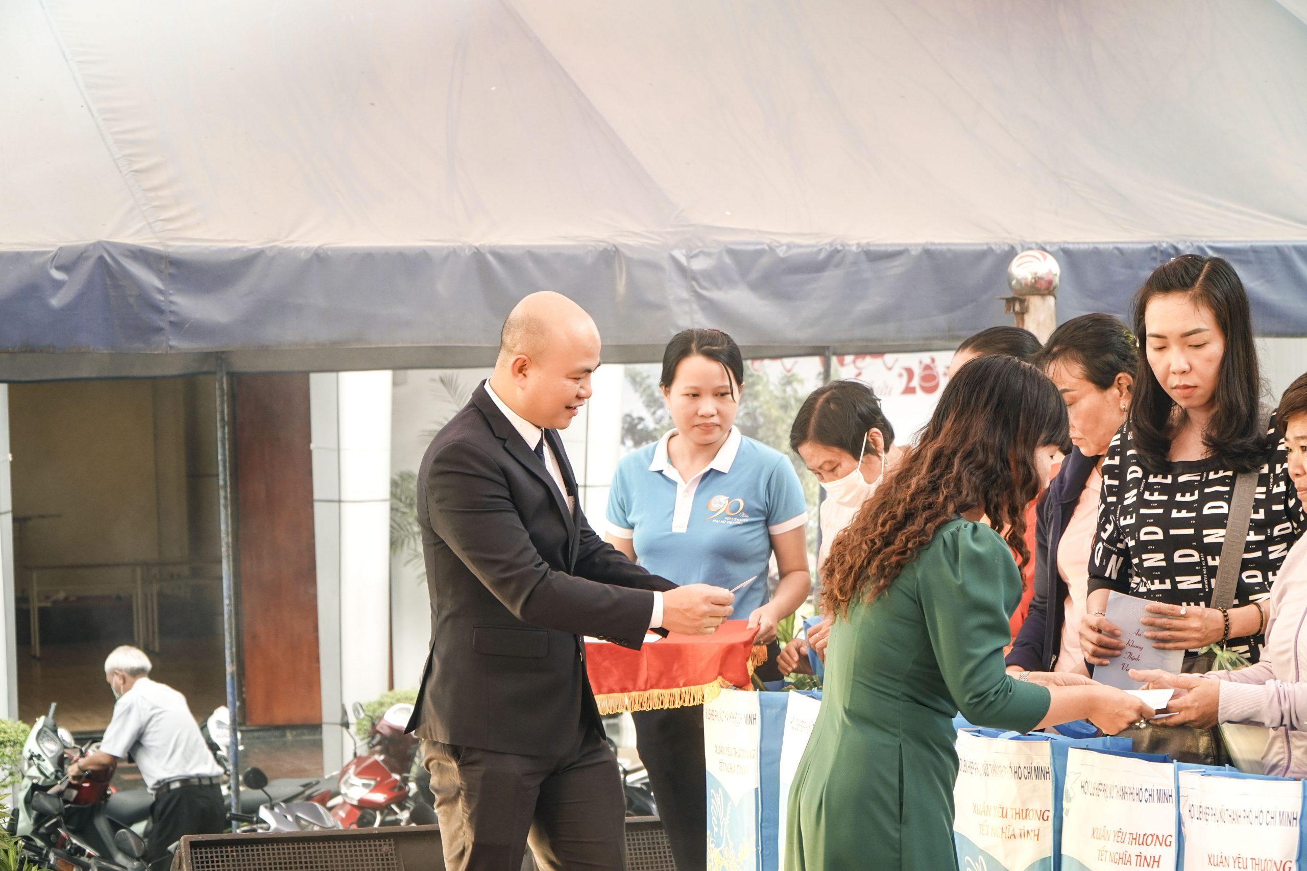 giám đốc nha khoa Kim trao quà Tết